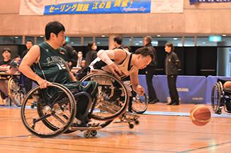 競り合う車椅子バスケ選手