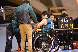 怪我した選手のケアをするトレーナー