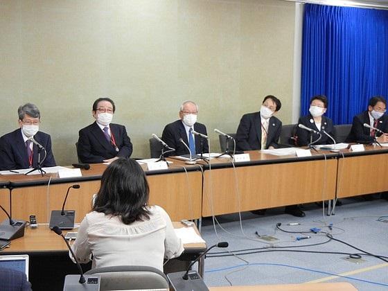 要請後に開かれた記者会見の様子(18日、厚労省)