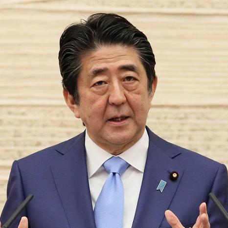 緊急事態宣言延長決定で記者会見する安倍首相