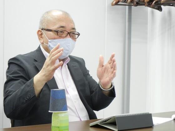 会見に臨む猪口氏(24日、東京都内)
