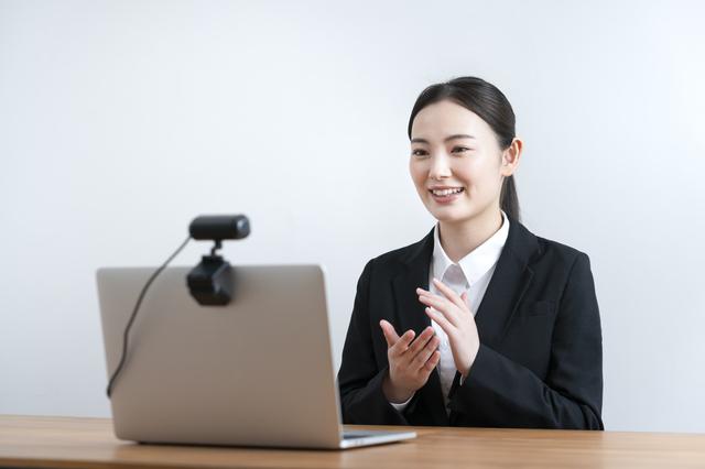 WEB面接を受ける女性