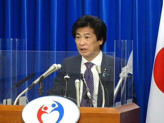 追加の補助策について説明する田村厚労相(8日、厚労省)