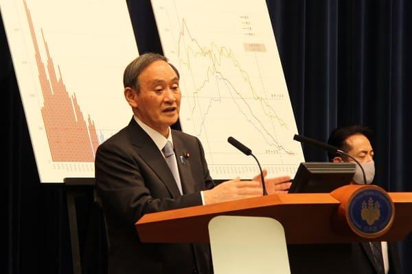 全面解除決定後、記者会見に臨む菅首相