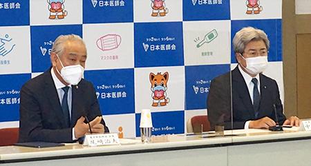 緊急会見に臨む日医の中川会長(右)と東京都医の尾﨑会長
