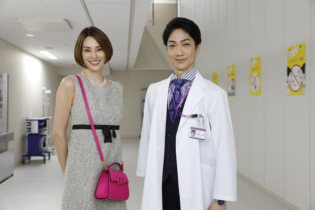「撮影初日から決めゼリフを言えて気持ちよかった」という米倉涼子さんと、「来たー!あれだ!!」と受け止めたという野村萬斎さん。すでに息もピッタリ。(画像提供:テレビ朝日)